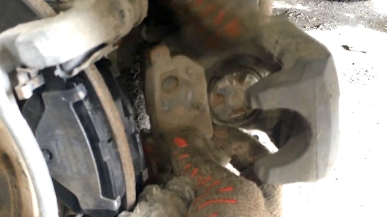 Снятие задних тормозных колодок Тойота Королла