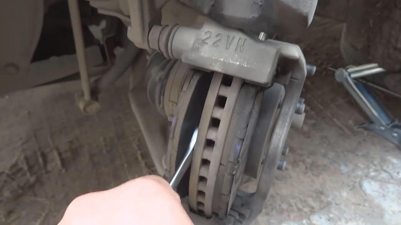 Замена передних тормозных колодок Тойота Королла