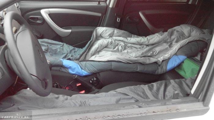 Спальник в салоне Рено Дастер без раскладывания задних сидений